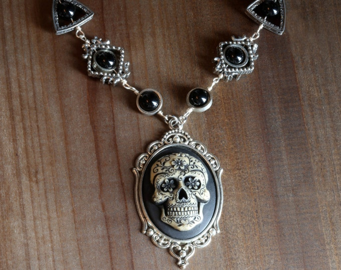 Gothic chic Jewelry - Necklace with Ivory Dia de los muertos Sugar Skull cameo -  Black Onyx