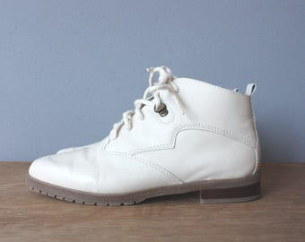 vintage pixie boots 5.5 / white ankle boots / lace up boots
