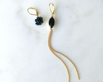 Long asymmetric earrings with black rose and golden chain - Sam II Earrings (SD1360)