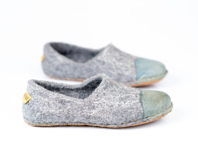 Ready to ship  6,5 US women 37 EU Rustic gray felted woolen slippers for women with denim natural edge leather toe caps