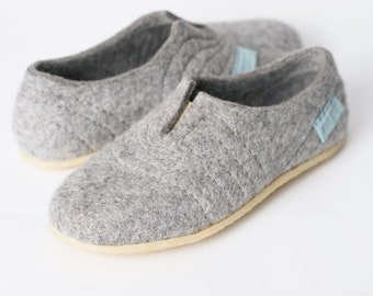 Grey woollen clogs Slippers for men with sturdy stitching on surface for a high instep