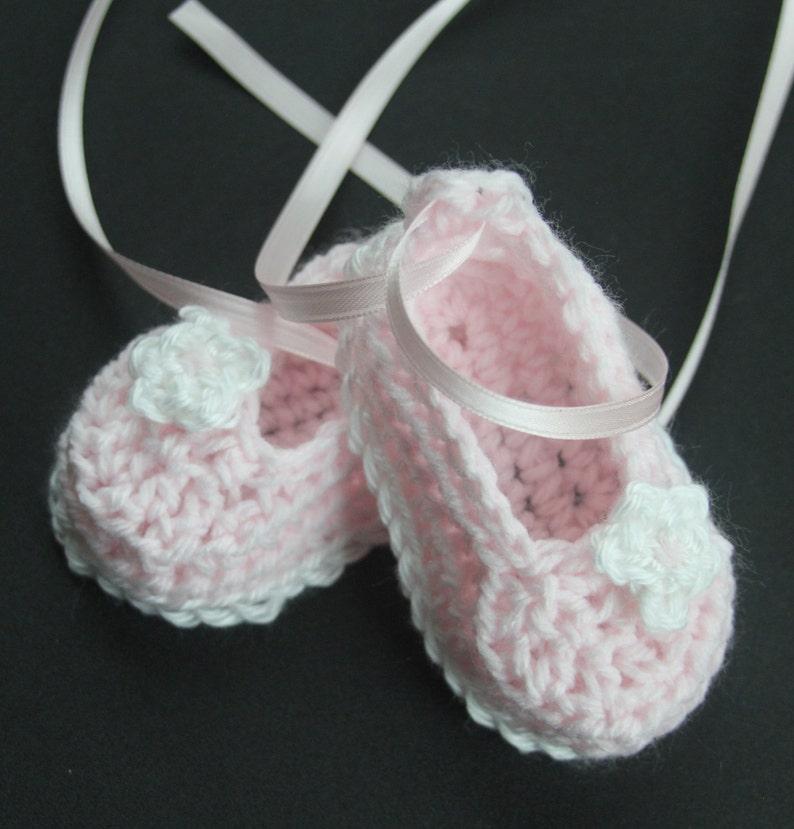 7df73c6169a3b Crochet bébé fille chaussons ballerine lit infantile tricot