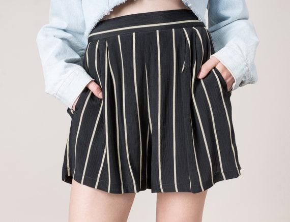 d653d277e9 28 29 Inch Waist   Size 8   HIGH WAIST SHORTS black stripes