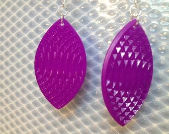 Oval earrings in violet