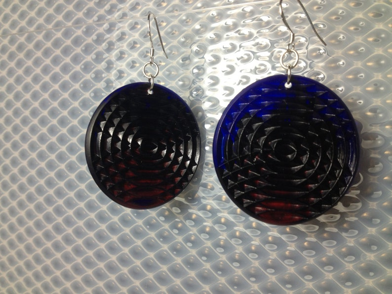 Textured minidisc earrings in opaque red and cobalt blue. image 0