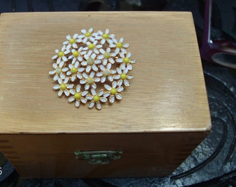 lovely WEISS vintage daisy pin