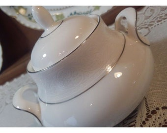 Replacement China. Royal Doulton Sugar Bowl w Lid in Lace Point w Platinum Trim.