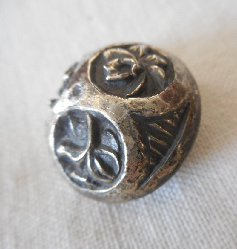 VINTAGE 78\u201d Tri Flower Design Dome Silver Metal Collectible Sewing Supply Craft Finding Closure Fastener BUTTON