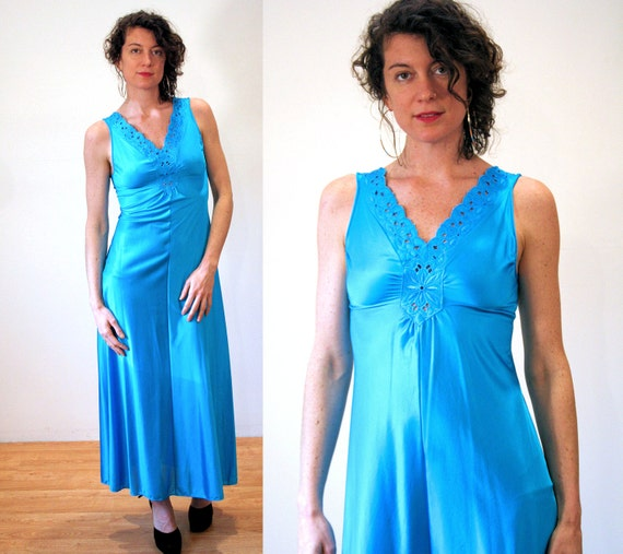 New Old Stock Vintage Vanity Fair Blue Embroidered Nylon Slip Small 34 T