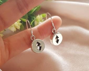 925 sterling silver cutout arrow earrings. Silver disc earrings. Silver 90s drop earrings. Double ended arrow.