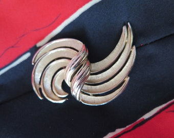 CROWN TRIFARI Pin Brooch Gold Tone Polished and Satin Brushed Swirl Design