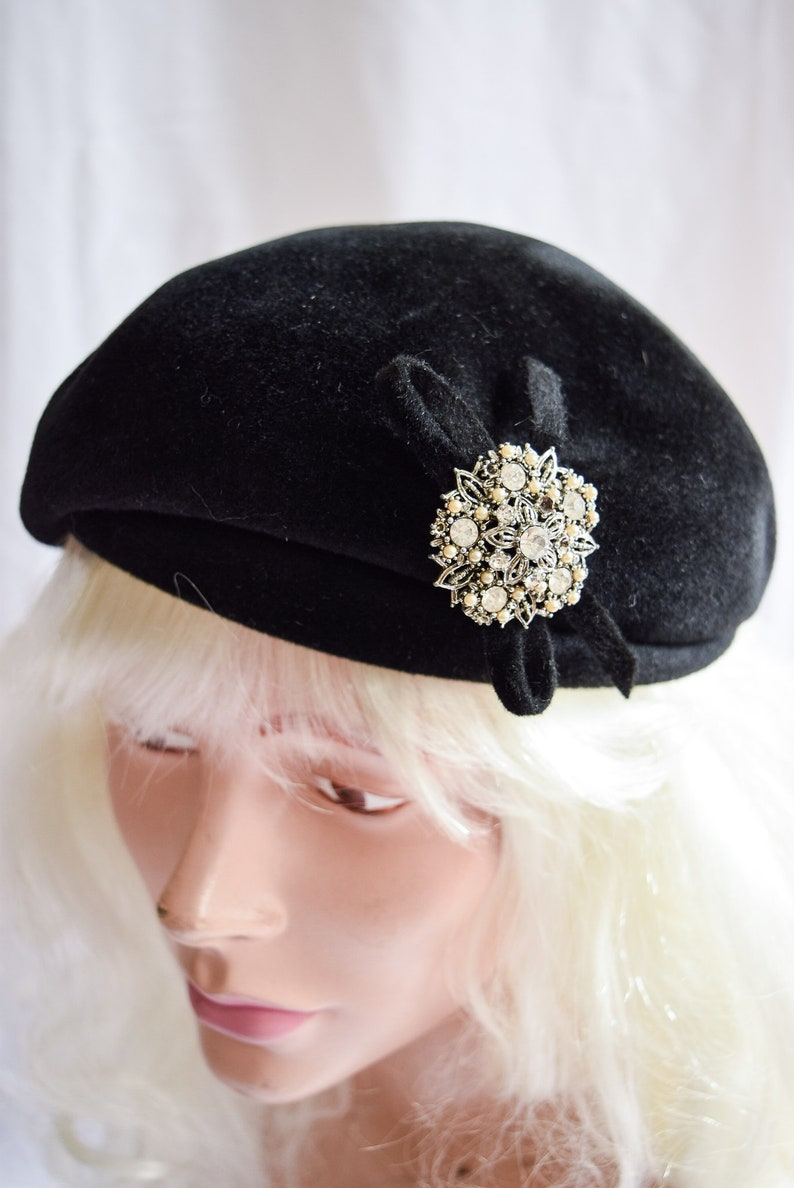 b4ca81a3da6f6 1940s Beret Novak Vintage 40s Black Velour Hat Constructed