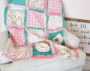 Boho Floral Baby Girl Rag Quilt en menthe, or, corail - disponible en crèche Mini couette, couverture et couette de taille enfant en bas âge