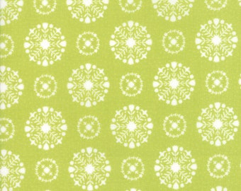 Vintage Holiday Green Snowflakes by Bonnie and Camille SALE (55166 16) Green Snowflakes Bonnie & Camille - Christmas Fabric
