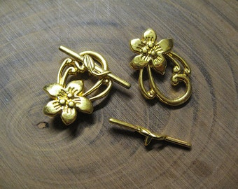 Clearance 8 Gold Elaborate Flower Toggle Clasps 25mm x 29mm F297