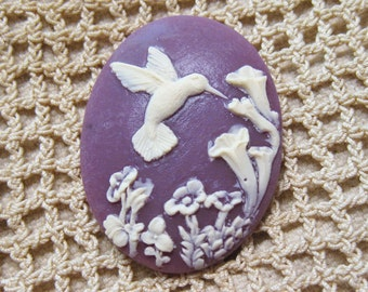 Fluttering Hummingbird White and Purple Cameo Jewelry Cabochon Pendant 40mm x 30mm CM326-40/30 IVPUR