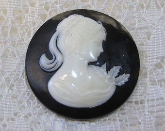 Elegant Victorian Lady with Leaves Jewelry Round Pendant Resin Cabochon 30 mm