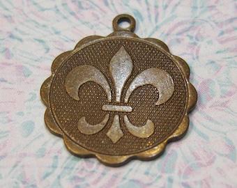 2 Fleur De Lis Charm Pendant Patterned Solid Flat Back Trinity Brass Vintage Patina 19mm x 22mm