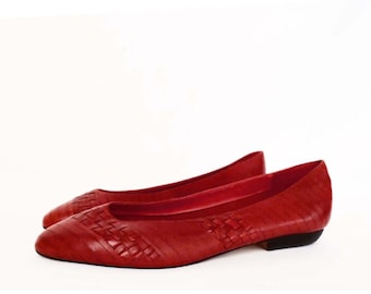 80's RED leather ballet flats // vintage skimmers shoes // woven leather // size 7.5 or 8