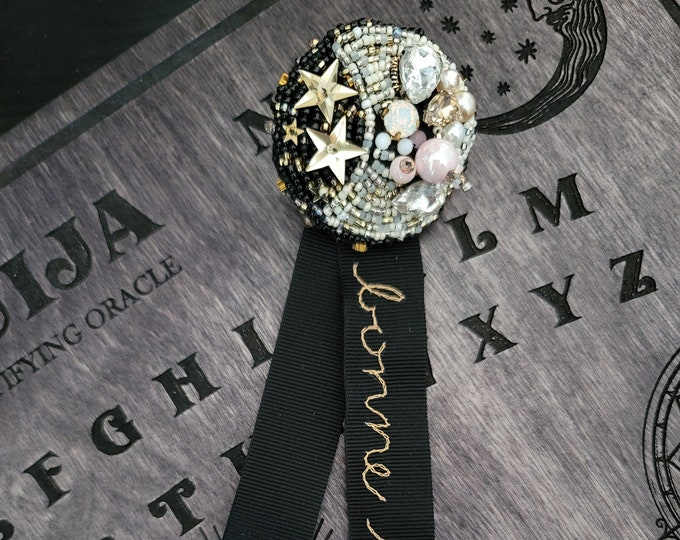 J-Fashion Embroidered Moon Brooch - bonne nuit
