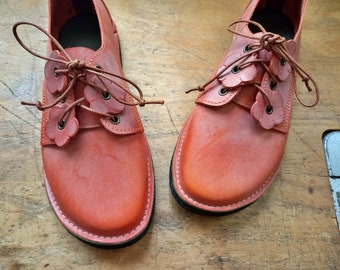 UK 7, FINGLE Bloom Shoe #4347. Barefoot comfort footwear. Leather lace up, handmade shoe from a woodland studio.