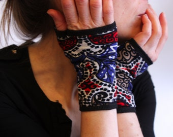 Short Mitt Arabic Graphic, Red/Blue/White/Black in lined cotton jersey. Stretch cloth mitt.