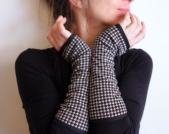Glove's black and white Houndstooth wool. Mitten design women