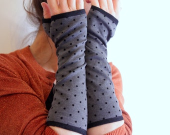 Mitten long dark grey with black polka dot cotton jersey lining. Slice of wool