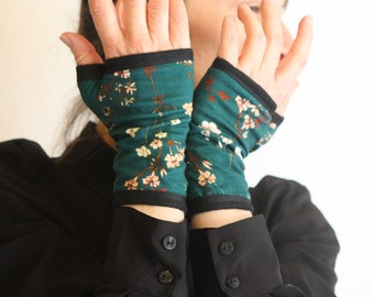 Short Short Emerald Green with Small Romantic Flowers in Cotton Jersey. Mitaine lined Tartine de Laine.