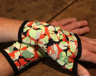 Short cuff mitt with Apple Green Flowers and Orange in lined cotton jersey. Laine tartine Mitaine woman in fabrics