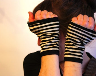 Mitten short striped black and white jersey cotton velvet, lined. Plush velvet glove