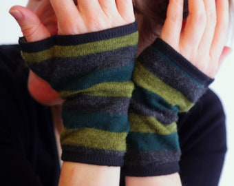 Gauntlet mitten wool short green and Grey Heather striped jersey cotton lining.