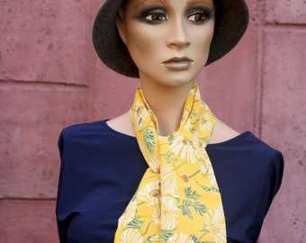 Scarf, Lavallière, Yellow Cravate with Green Flowers. Look retro Viscose Cravate. Tartine de Laine