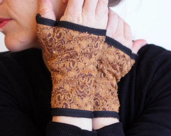 Mitten short lace gold ochre and lined in cotton jersey.