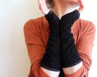 Stretchable Black Mitte at Flowers. Classic and chic mittens in Lycra and lined cotton jersey. Wool Tartine Gift For Her