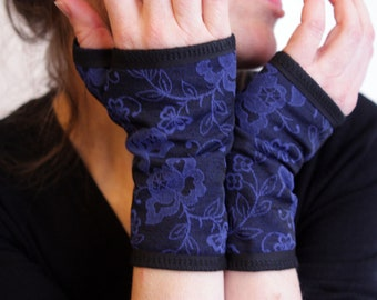 Short cuff floral patterned bright blue. Jersey cotton and Lycra. Woman blue mitten