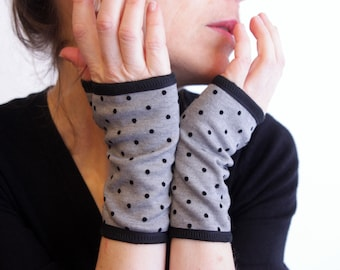 Grey and Black Peas Mitt. Short jersey-lined cuff. Mitten with polka dots.