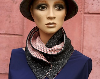 Press button collar, in Chiné grey woollen and flannel flannel with small black and white tiles, woolly collar scarf