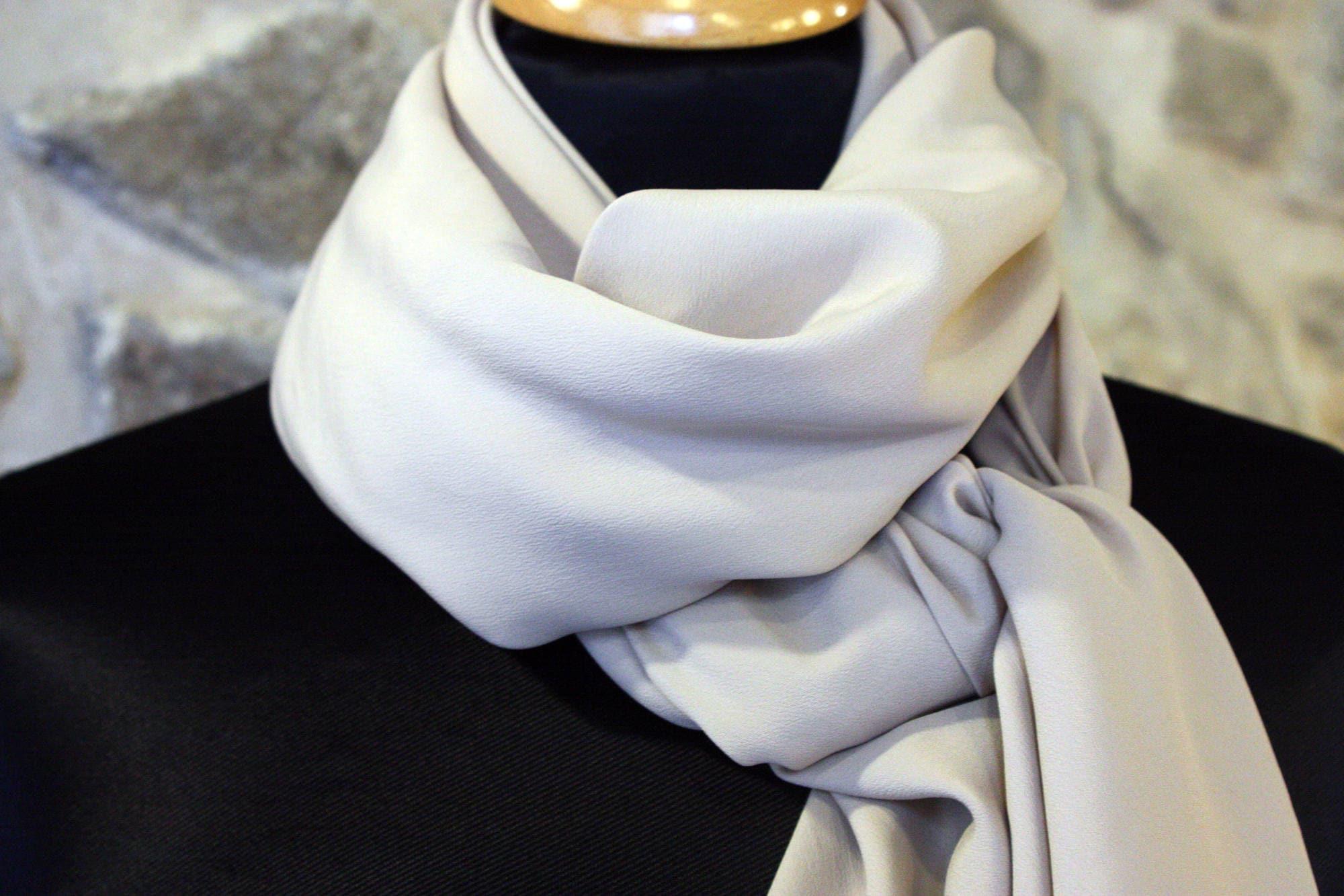 Petit Prix fin de collection . Étole, foulard ou carré en Mousseline de  Soie Beige Nude 58a54a079e8