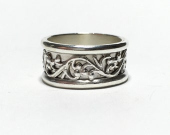 Silver Wide Band with a Carved Floral Motif and Sleek Edging Art Nouveau Etruscan Classic Style Size 5 3/4