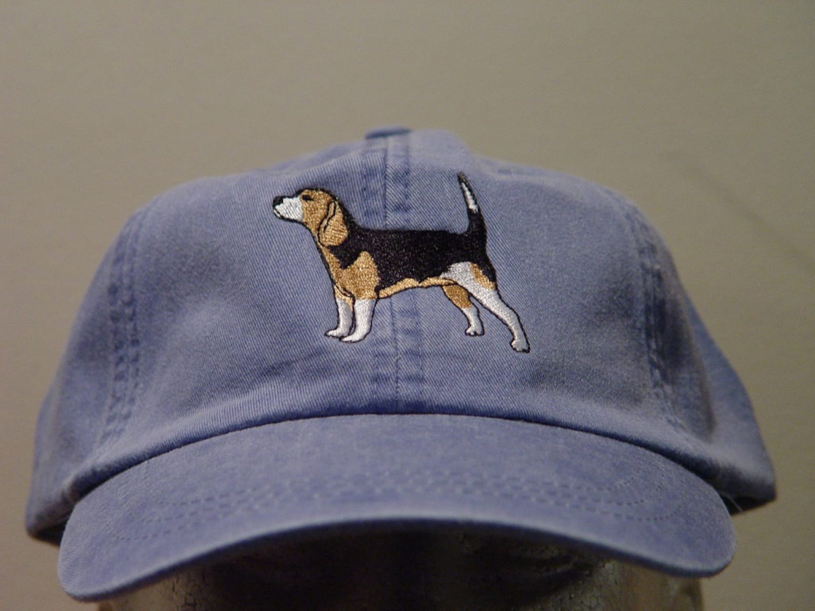 Hat with embroidered beagle