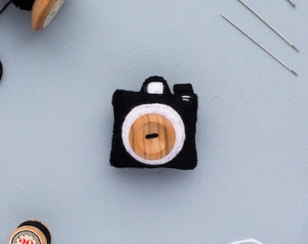 felt camera brooch - handmade felt camera accessory - gift for geeks - gift for dad - valentines gift for him