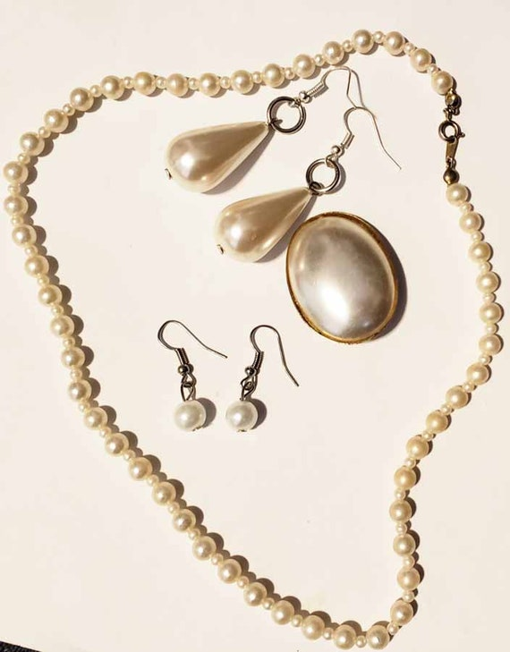 4 vintage mixed pearl plastic jewelry lot dangle earrings oval pin beaded necklace
