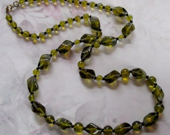 Vintage glass green bead necklace - j3575