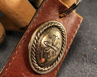 Brown leather keychain with flower motif