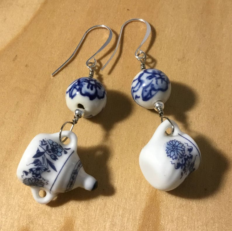 NEW. A PRETTY BLUE//WHITE  PORCELAIN FLOWER BEAD NECKLACE AND  EARRING SET