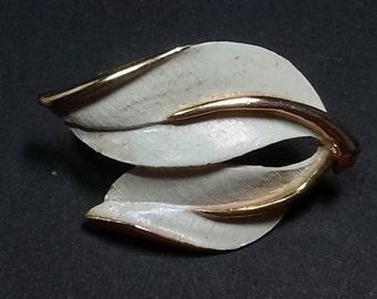 Vtg Sarah Coventry enameled white and goldtone leaf clip on earrings