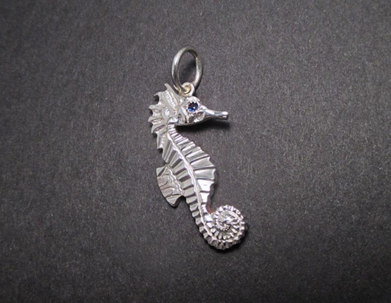 0c6de430995a Colgante de Caballito de mar con ojo de zafiro azul - plata