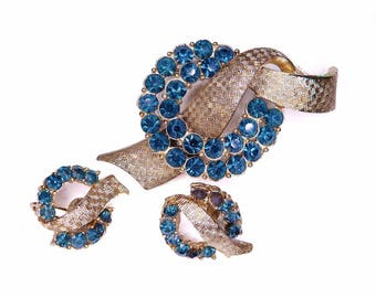 1960s Blue Rhinestone Wreath Pin Brooch Gold Toned Basketweave Patterned Ribbon Setting Matching Clip On Earrings