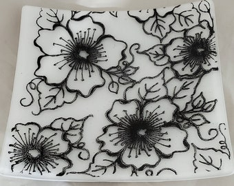 """7.5"""" black/white Floral Glass Plate"""
